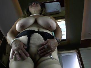 الجدة غريب مع الثدي المترهل كبيرة جدا