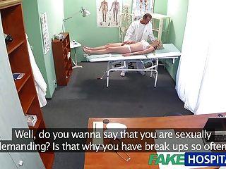 فاتنة ضئيلة fakehospital يريد ممارسة الجنس مع الطبيب