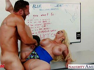 شقراء أمي alura جنسون يمارس الجنس مع رمح كبير