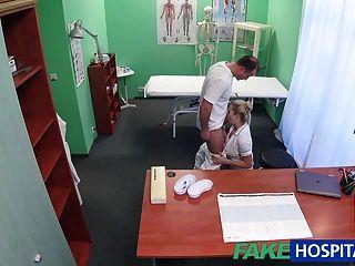 يحصل creampied ممرضة مثير fakehospital من قبل الطبيب