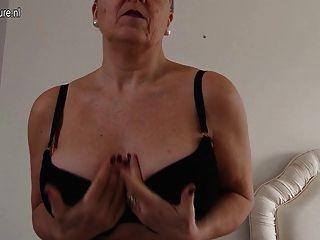 قرنية كبيرة الصدر سيدة ناضجة البريطانية الحصول على المشاغب