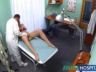 طالب قرنية fakehospital يحصل على الداعر جيدة من الطبيب