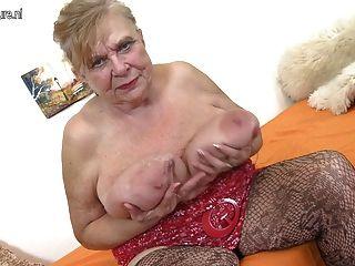 جدة القديمة حقيقية مع الثدي ضخمة ساغي