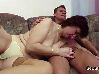 الألمانية أمي خطوة خطوة إغواء ابن ليمارس الجنس معها عندما البيت وحده