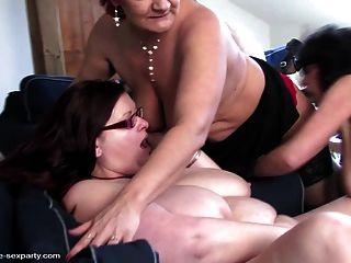 ضئيلة وكبيرة الامهات الناضجة تمتص واللعنة الصبي محظوظا