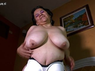 كبير الصدر اللعب ماما اللاتينية مع لعبة لها
