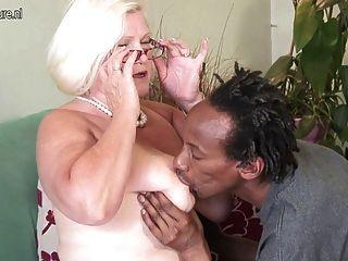 الجدة بيضاء الملاعين السوداء صبي نحيف