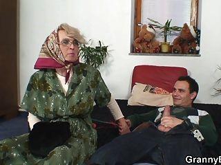 النساء المسنات يحصل انتقد بوسها أصلع