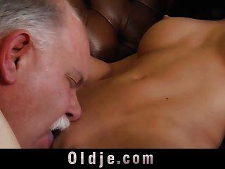 غريب الفتاة الغنية تستخدم خادما القديم لممارسة الجنس