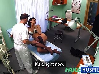 طبيب fakehospital يتأكد المريض فحص ما يزيد على