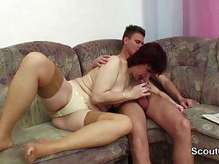 الأم الألمانية إغواء لا ابنها خطوة ليمارس الجنس معها عندما المنزل