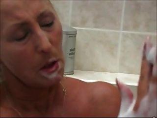 المرأة لطيفة في الحمام 3
