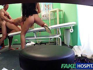 طبيب fakehospital متروك لالثلاثي مثير