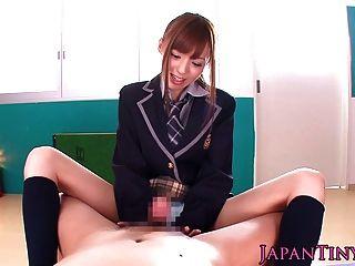 صغيرتي اليابانية تلميذة بوف wanks وتمتص الديك