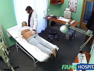 شقراء fakehospital مع كبير الثدي يريد أن تكون ممرضة