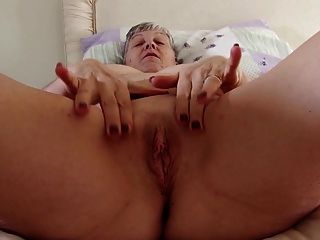 الجدة الحقيقية مع كبير الثدي على كس جائع