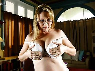 أمي أمريكية مع الثدي لطيفة وجمل