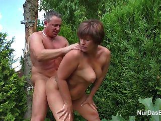 أم إغواء الألمانية صبي صغير ليمارس الجنس معها في حديقة