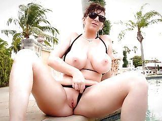 يظهر سارة جاي قبالة لها الثدي كبيرة مذهلة في بيكيني صغير