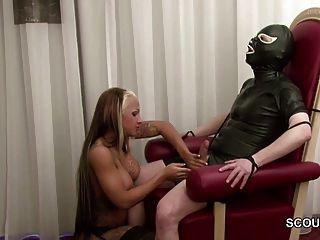 الألمانية للهواة في سن المراهقة femdom ويمارس الجنس مع رجل يبلغ من العمر في اللاتكس