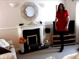 أليسون في فستان أحمر لها، وجوارب طويلة أكثر شجاعة