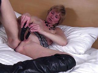 الجدة الهواة مع العضو التناسلي النسوي القديم جائع في أحذية سوداء كبيرة