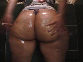 روبي الحمار الملوثة بالنفط كبير في الحمام