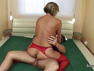 أمي الألمانية يستيقظ من قبل الشباب ليمارس الجنس مع المتشددين