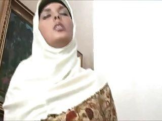 مسلمة في الحجاب ديه جسم مذهل ويحب أن يمارس الجنس