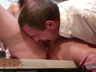 الأم الألمانية في جوارب إغواء ليمارس الجنس على العمل