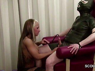 الألمانية في سن المراهقة الساخنة اللعنة femdom رجل كبير السن في اللاتكس