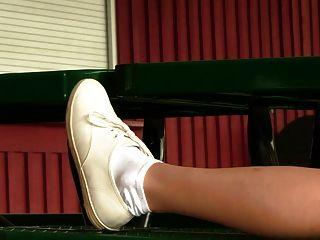 العفة المشجع في أحذية رياضية القراد وجوارب بيضاء