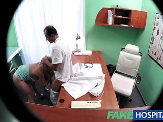 شقراء fakehospital مع الثدي لطيفة يحصل على الفحص الكامل