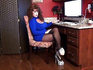 سامانثا الساقين هي ندف مكتبك في جوارب طويلة.