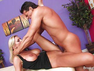 مدلكة بروك راية تحصل مارس الجنس من الصعب من قبل موكلها