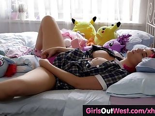 مفلس اللعب فاتنة متعرج العضو التناسلي النسوي لها شعر على السرير