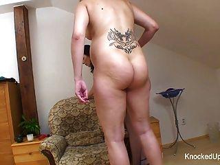 امرأة سمراء فاتنة يحصل على مع شقراء حاملا قرنية