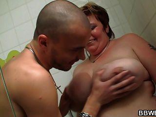 الرجل النحيف الملاعين سمنة مفلس في الحمام