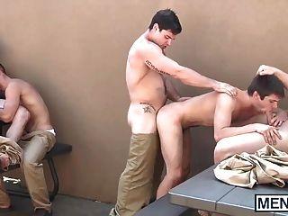 الرجال المثليين يكون لها العربدة في ساحة السجن