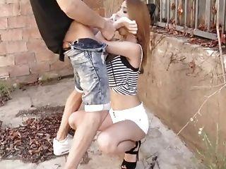 الأسبانية وقحة بريندا بوب تمتص الوحش الديك في الأماكن العامة