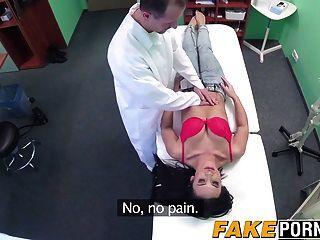 الطبيب إعطاء فتاة الساخنة مثير للدهشة علاج الديك الثابت