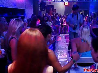 العازبة اليورو الحقيقي تمتص ديك في حفل النادي