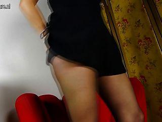 ربة منزل الأمريكية شقي اللعب مع قدميها وجمل