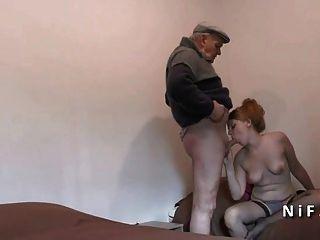 في سن المراهقة الفرنسية جميلة مارس الجنس في THREEWAY مع رجل يبلغ من العمر