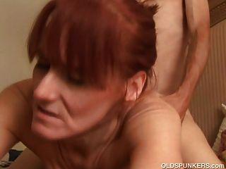 أحمر الشعر ناضجة لحمي يحب أن يمارس الجنس وطعم نائب الرئيس