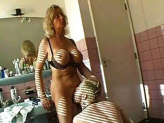 الجدة الساخنة ممارسة الجنس في الحمام
