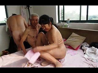 الثلاثي الجد الآسيوية مع امرأة ناضجة