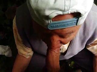 تمتص الجد من العمر 80 عاما في الغابة