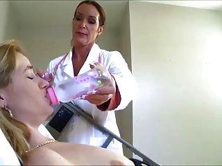ممرضة يجعلها تملأ حفاضات لها