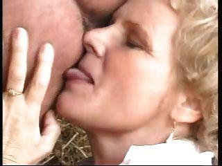 الجدة مع كبير الثدي مارس الجنس من قبل رجل يرتدي زي امرأة